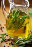Pétrole d'Oilive avec le romarin dans une cruche en verre Photographie stock libre de droits