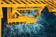 Pétrole et gaz produisant des fentes à la plate-forme en mer Image stock