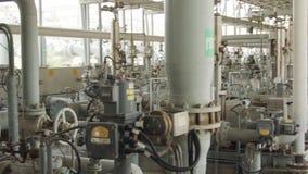 Pétrole et tuyaux et valves de gaz à un grand raffinerie de pétrole banque de vidéos