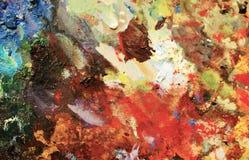 Pétrole vibrant ou peinture acrylique sur la palette utilisée du ` s d'artiste pour dessiner et peindre images libres de droits