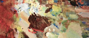 Pétrole vibrant ou peinture acrylique sur la palette utilisée du ` s d'artiste pour dessiner et peindre image stock