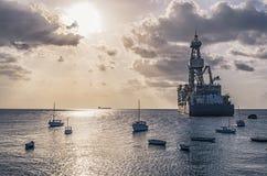 Pétrolier au coucher du soleil en le Curaçao images libres de droits