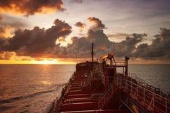 Pétroliers à la mer ouverte pendant le coucher du soleil Image libre de droits