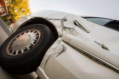 Pêché vers le haut de la vue regardant les dommages d'une épave de voiture Photos libres de droits