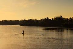 Pêchant à la rivière de Thu Bon, Quang Nam, Vietnam Photos stock