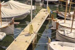 Pêchant de petits bateaux blancs attachés sur un pilier Photos libres de droits
