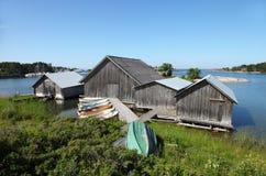 Pêchant des hangars et des bateaux quelque part sur les îles d'Aland photos stock