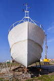 Pêchant le bateau, un chalutier étant construit ou sous l'entretien en Povoa de Varzim, Portugal Image stock