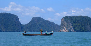 Pêchant sur le compartiment de Phang Nga, la Thaïlande Photos stock