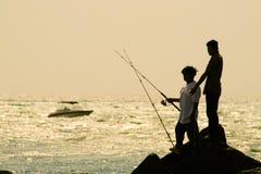 Pêcheurs sur des roches images stock