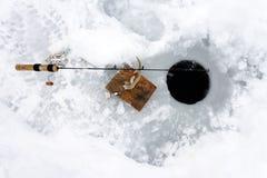 Pêche adulte de glace d'homme sur le lac jaune photos libres de droits