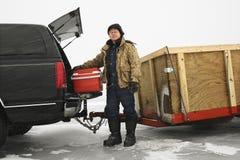 Pêche allante de glace d'homme. images stock