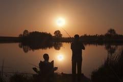 Pêche au coucher du soleil images stock
