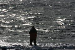 Pêche au surfcasting au crépuscule dans l'Océan Atlantique Photo libre de droits