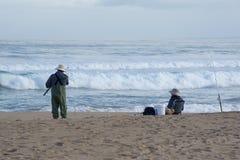 Pêche au surfcasting femelle et masculine supérieure, Waitpinga, Australie du sud Photos stock