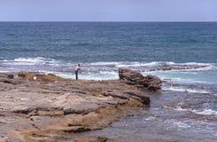 Pêche au surfcasting sur le méditerranéen près de Caesaea images libres de droits