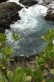 Pêche autour de la roche et des vagues photos libres de droits