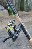Pêche avec la tige de rotation et le pêcheur de bobine Photos libres de droits