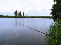 Pêche avec la tige sur le lac Photo libre de droits