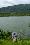 Pêche avec Rod en bambou au lac privé Photos libres de droits