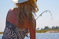 Pêche blonde de fille au fleuve Photos stock