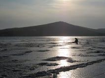 Pêche d'hiver dans la baie de la mer du Japon photographie stock
