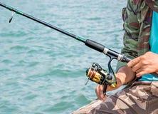Pêche d'homme de pêcheur à la ligne Photos libres de droits