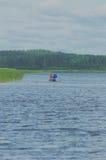 Pêche d'homme et de femme sur un bateau gonflable Photo stock