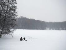Pêche d'homme l'hiver Photos stock