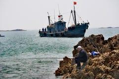 Pêche d'homme plus âgé, Qingdao, Chine photographie stock
