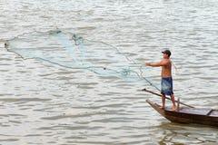 Pêche d'homme près de Phnom Penh, Cambodge photo libre de droits
