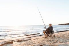 Pêche d'homme supérieur sur le côté de mer Photo libre de droits