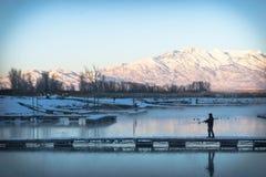 Pêche dans l'étang froid Image libre de droits