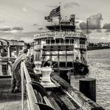 Pêche dans le fleuve Mississippi derrière le vapeur Natchez Image libre de droits