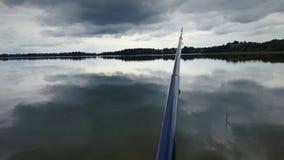 Pêche dans le lac avant tempête photos stock