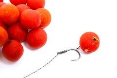 Pêche de carpe Boilies rouges de crochet de carpe d'isolement sur le fond blanc Photographie stock