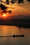 pêche de crépuscule de bateau Photo libre de droits