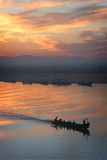 pêche de crépuscule de bateau Photo stock