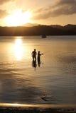 Pêche de famille de père et de fils au coucher du soleil Photos stock