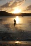 Pêche de famille de père et de fils au coucher du soleil Images stock