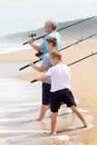 Pêche de famille sur la plage Photo stock