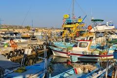 Pêche de fille parmi des bateaux de pêche Image stock