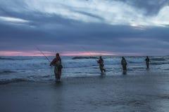 Pêche de Fishermans sur le coucher du soleil d'océan Image libre de droits