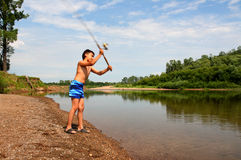 Pêche de garçon avec la rotation Photo stock