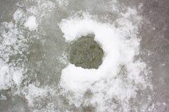 Pêche de glace d'hiver sur la rivière Photos stock