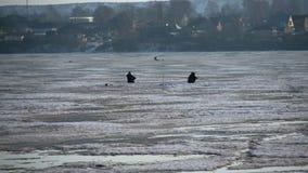 Pêche de glace pendant l'hiver banque de vidéos