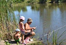 Pêche de grand-père et de petits-enfants Photo stock