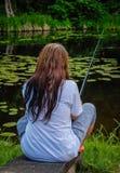 Pêche de jeune femme dans l'étang en été Photo libre de droits