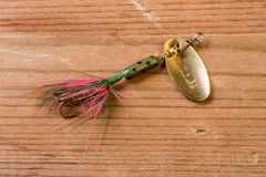 Pêche de l'attrait avec des couleurs lumineuses sur un fond en bois Images stock