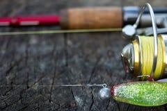 Pêche de l'attrait, de la tige et de la bobine sur le bois Photos stock